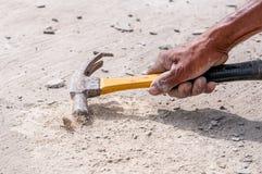 锤子的手 免版税库存图片