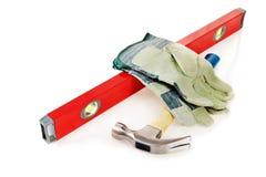 锤击与大厦水平和防护手套 免版税图库摄影