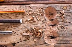 锤击在木头的凿子 免版税库存图片