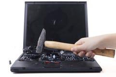 锤击膝上型计算机 免版税图库摄影