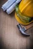 锤击防护玻璃图纸和安全帽在木ba 免版税图库摄影