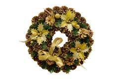 锥体、云杉的分支和花,新年圣诞节花圈  免版税库存图片