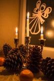 锥体、蜡烛、普通话和圣诞节心情 免版税图库摄影