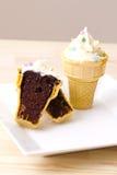 锥体奶油色杯形蛋糕冰 图库摄影