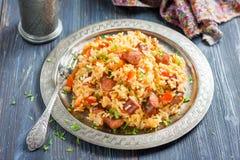 什锦菜肴 辣米用熏制的香肠和红辣椒 库存图片