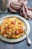 什锦菜肴 辣米用熏制的香肠和红辣椒 免版税库存图片