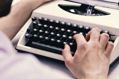 键入与减速火箭的文字机器的作家 老打字机 免版税图库摄影
