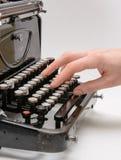键入与老打字机的手 免版税库存照片