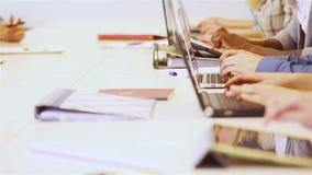 键入与计算机的学生的手 免版税库存照片