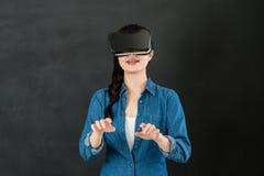 键入与VR耳机设备的亚裔女学生 库存图片