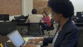 键入使用便携式计算机买卖人的非裔美国人的女商人 股票视频
