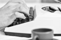 键入减速火箭的书写机器的手 老打字机和作者手 使用白色的男性手类型故事或报告 库存图片