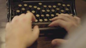 键入在一个打印机特写镜头的男性手 老打字机 股票录像