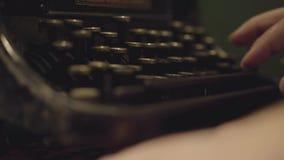 键入在一个打印机特写镜头的男性手 老打字机 股票视频