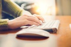键入在一个无线键盘的女性手文本 研究计算机概念的妇女 免版税库存图片