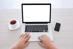 键入在一个膝上型计算机键盘的男性手在办公室 图库摄影