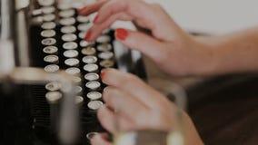键入在一台古板的打字机的键盘的手指 股票录像