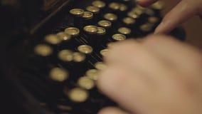 键入在一台打印机的特写镜头男性手 老打字机 股票视频