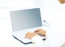 键入在一台现代膝上型计算机的人 免版税库存图片