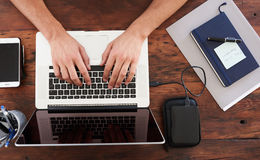 键入在一台现代膝上型计算机的白种人手顶上的看法  库存照片