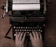 键入在一台老打字机 免版税图库摄影