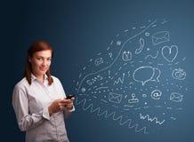 键入在与多种现代技术图标的smartphone的女孩 免版税库存照片