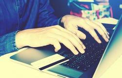 键入在与注册互联网银行业务的键盘的商人 免版税库存照片