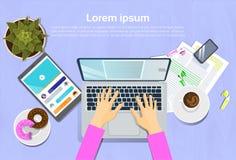 键入在便携式计算机、顶视图在书桌上有数字式片剂的和聪明的电话工作场所概念上的妇女 向量例证