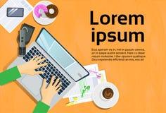 键入在便携式计算机、顶视图在书桌巧妙的电话和笔记上的手关于纸工作场所概念 库存例证