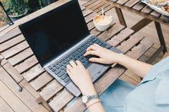 键入在便携式计算机上的妇女 免版税库存图片