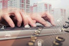 键入在便携式计算机键盘的女性手 3d概念互联网翻译证券 免版税库存图片