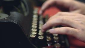 键入在古色古香的打字机,特写镜头,葡萄酒打字原稿汇集的手 股票视频