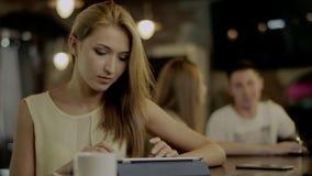 键入在咖啡馆的片剂 股票视频
