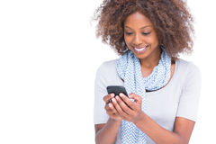 键入在她的智能手机的快乐的妇女一个正文消息 图库摄影