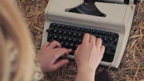 键入在打字机关闭的妇女  股票录像