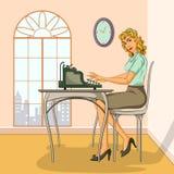 键入在打字机的减速火箭的妇女 库存照片