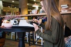 键入在打字机的女孩 免版税图库摄影