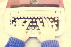 键入在打字机的妇女的顶视图,葡萄酒照片作用 免版税库存图片