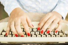 键入在打字机的妇女 库存图片