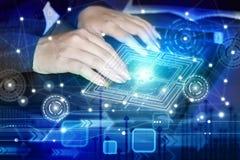键入在有全球性抽象的技术的计算机膝上型计算机的女商人手 免版税库存图片
