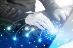 键入在有抽象技术全球性和数字式世界地图的计算机膝上型计算机的女商人手 免版税图库摄影