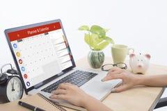 键入在有日历计划者的一个膝上型计算机键盘的企业手 免版税库存照片