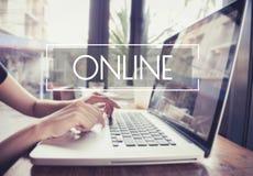 键入在有网上互联网的一个膝上型计算机键盘的企业手 库存图片