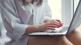 键入在窗口基石的膝上型计算机的妇女 影视素材