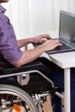 键入在笔记本的残疾人 免版税库存照片