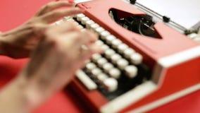键入在红色葡萄酒打字机的妇女手 股票视频