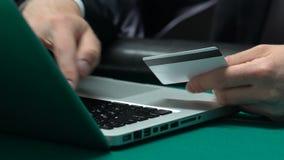 键入在膝上型计算机人的男性手插入他的信用身份证号码,网路银行 股票视频