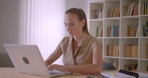 键入在膝上型计算机的典雅的白种人女实业家是繁忙的在办公室 影视素材