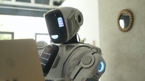 键入在膝上型计算机的印象深刻的机器人 股票视频