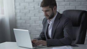 键入在膝上型计算机的可敬的人,联络与重要企业客户 股票视频